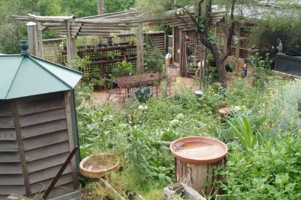 The garden, pigeon house, and wicking pots